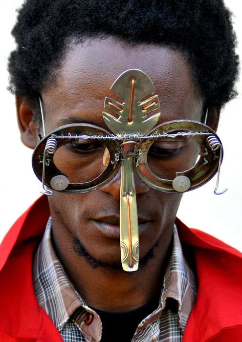 Старая ложка тоже найдет свое новое место в очках от Сируса Кабиру.