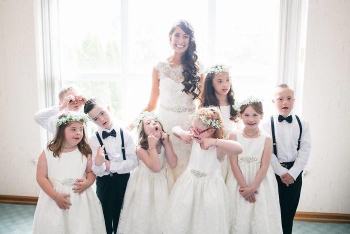 Kinsey French в день свадьбы со своими учениками.