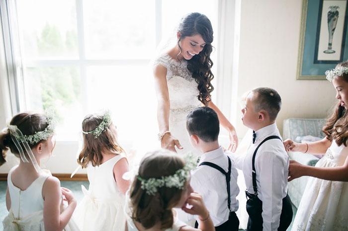 Все дети пришли на свадьбу в специальных нарядных костюмах и платьях.  Фото: Lang Thomas Photography.
