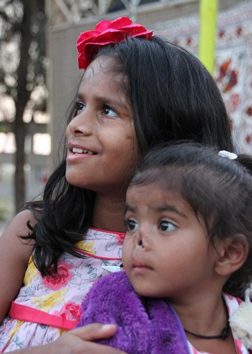 Две девочки, удочеренные Кристен.