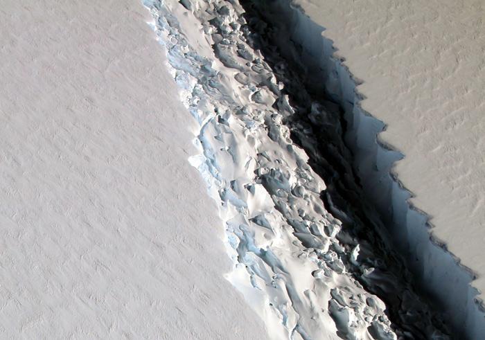 Разлом на леднике Ларсена. В ширину разлом в среднем 100 м, однако вглубь он уходит на 500 м.