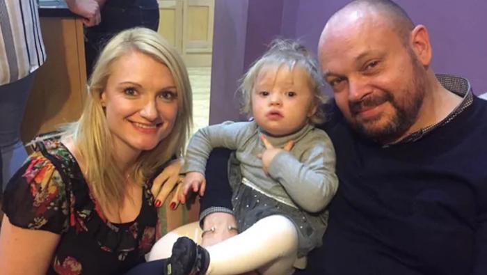 Вики и Эдди Бедал со своей дочерью Лили.