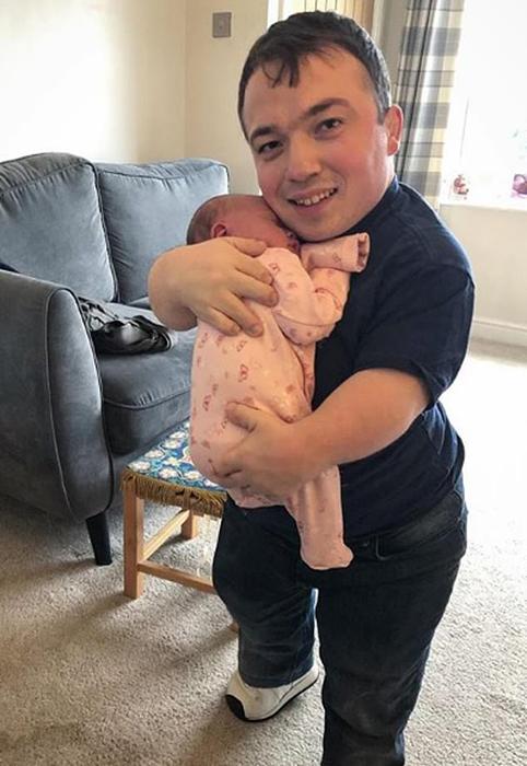 Папа с новорожденной дочкой.
