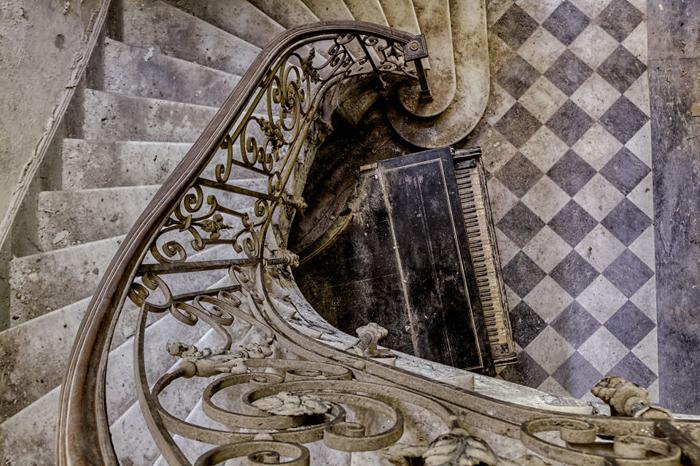 Изящная лестница в старом здании.