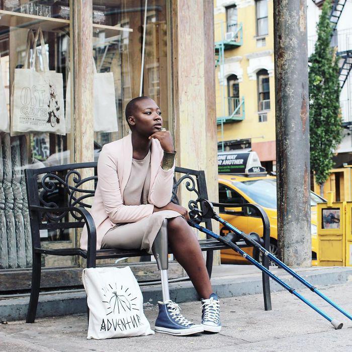 По городу девушка передвигается с помощью костылей. Instagram caxmee.