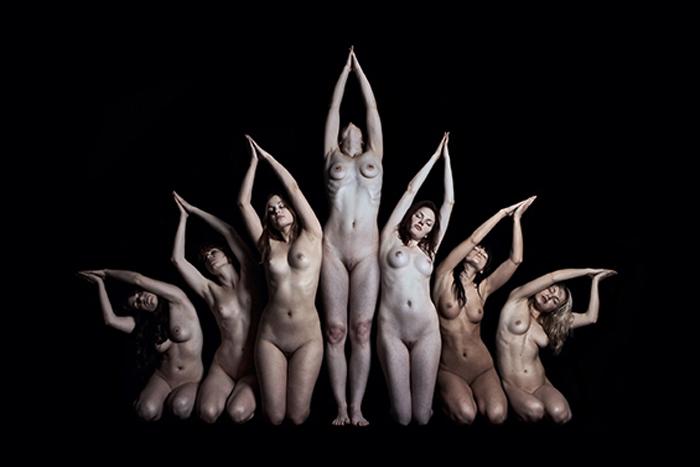 Показ Обнаженных Женских Тел