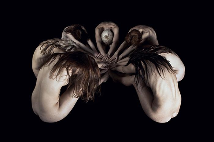 Фигуры из обнаженных тел. Фото: Marius Budu.