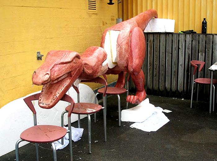 Динозавр вырезан из пенопласта.