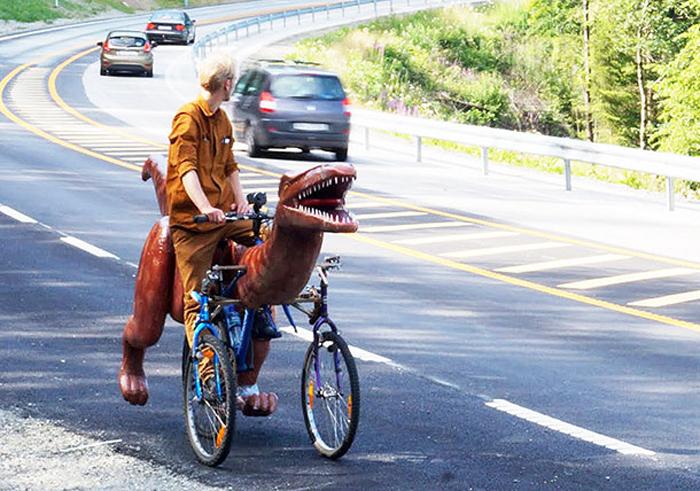 Одинокий оседланный динозавр привлекает внимание как в городе, так и за его пределами.