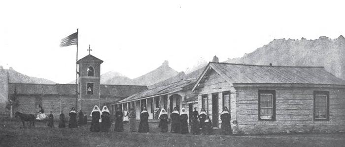Школа Святого Петра. Мэри Филдс - слева на повозке.