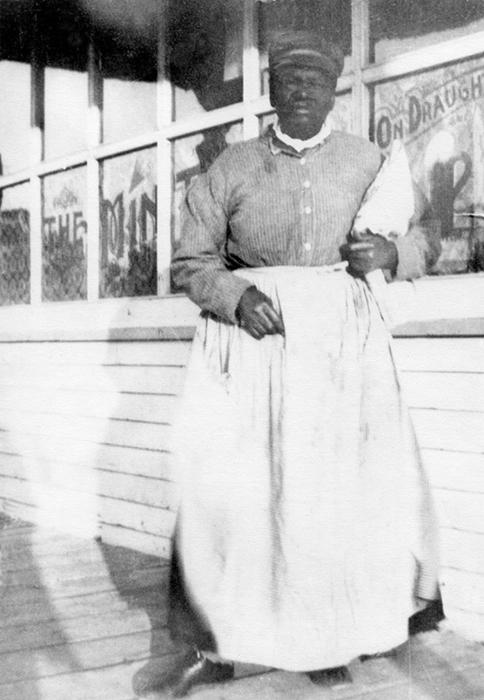 Мэри в Каскаде рядом с салуном.