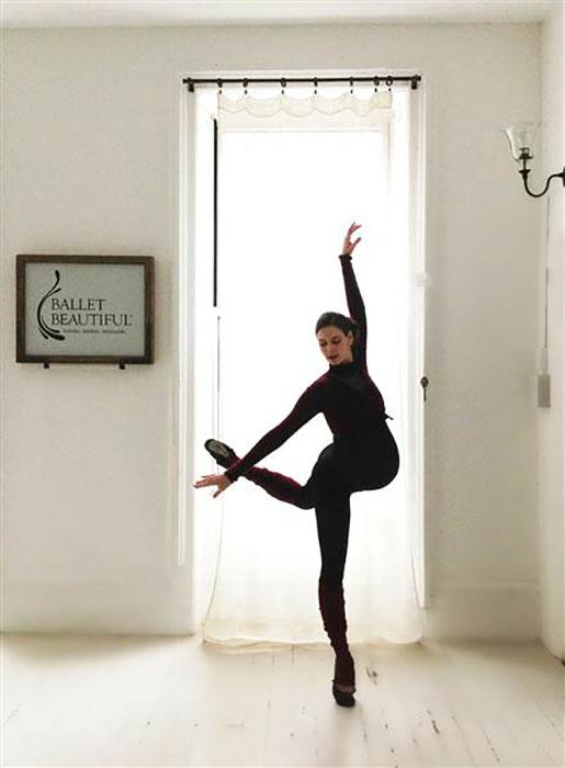 Мэри Хелен Боуэрс продолжает танцевать, даже будучи на последнем месяце беременности.