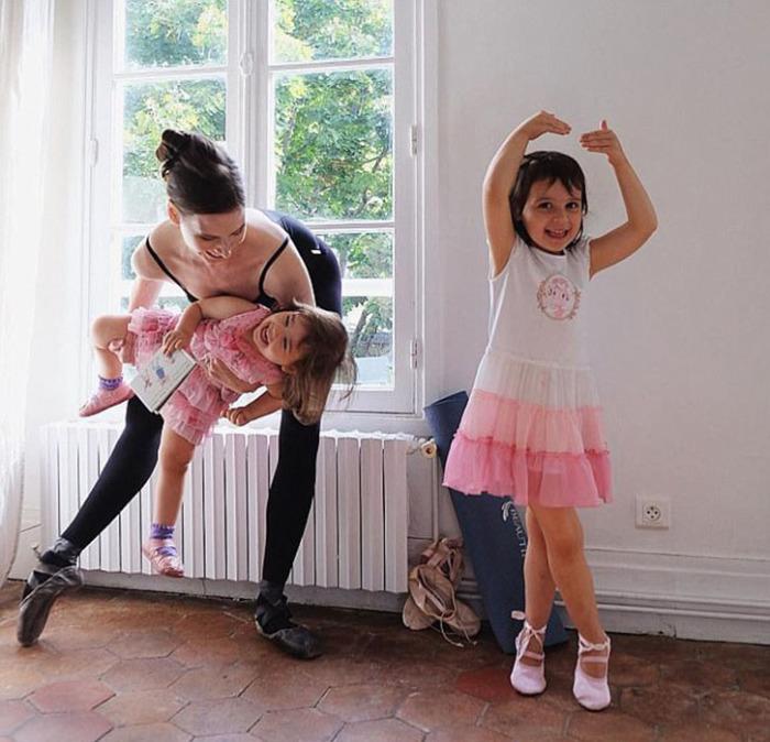 Мэри со своими дочерьми Люмина Бель и Виолетте Алегра.