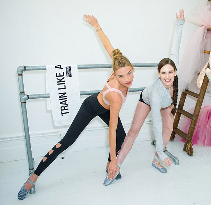 Мэри тренирует модель Аджелу Марту Хант для выступления на показе мод Victoria's Secret.