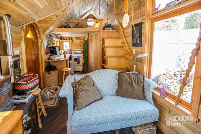 Спальня под крышей, ступеньки-полочки.