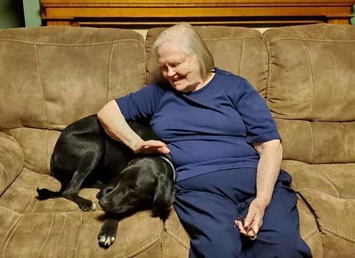 Бабушка рядом со своим спасителем.