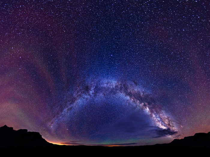 Огромная панорама млечного пути в горах Колорадо.