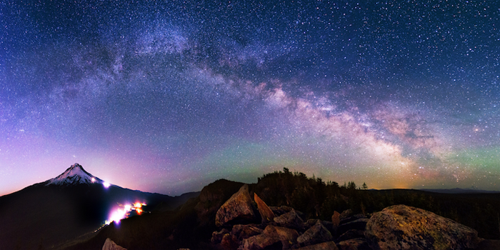 Маунт-Худ в штате Орегон и млечный путь в ночном небе.
