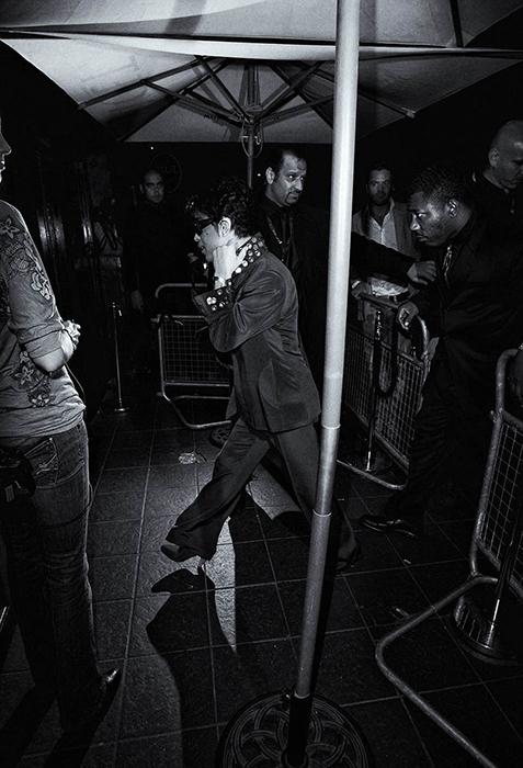 Принц направляется в туфлях на каблуках на очередную вечеринку. Фото: Max Butterworth.