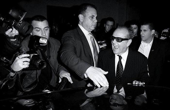Джек Николсон, которому на момент снимка было уже за 70, недоволен вниманием к своей персоне после долгой вечеринки.  Фото: Max Butterworth.