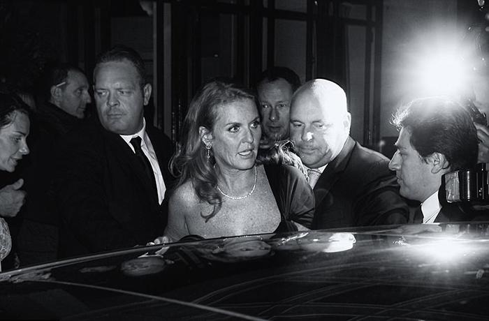 Сара, герцогиня Йоркская садится в автомобиль после вечера, проведенного в ночном клубе Лондона. Фото: Max Butterworth.