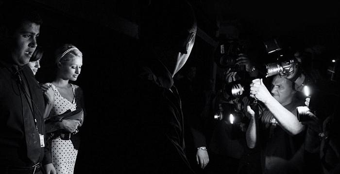Пэрис Хилтон выходит из ночного клуба, выглядя при этом, будто идет в начале светского ужина. Фото: Max Butterworth.