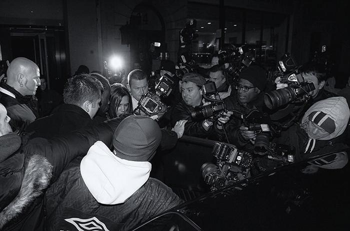 Виктория Бекхем пытается пройти к автомобилю сквозь толпу папарации возле ресторана на Пикадилли. Фото: Max Butterworth.