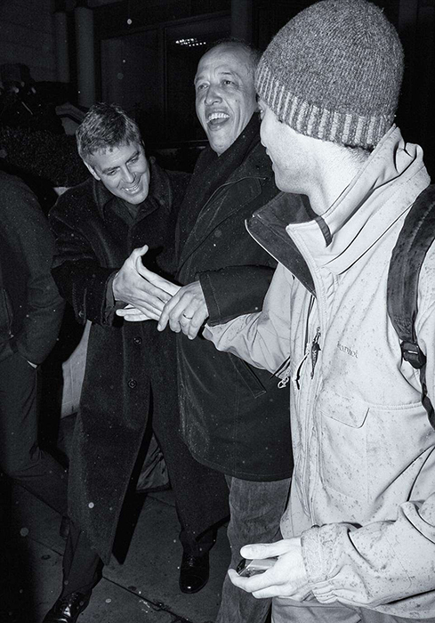 Джордж Клуни не против внимания со всех сторон. Фото: Max Butterworth.