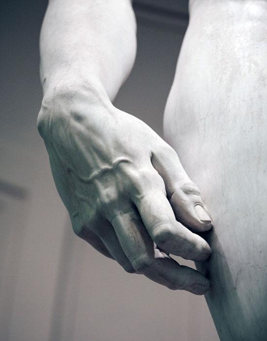 Статуя изображает Давида перед схваткой с Голиафом.