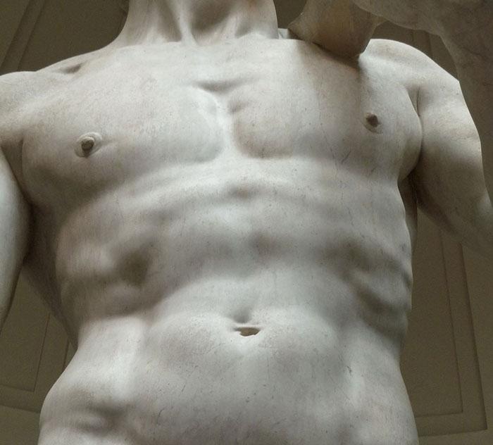 Микеланджело приделил особое внимание всем деталям, придавая статуе невероятную реалистичность.