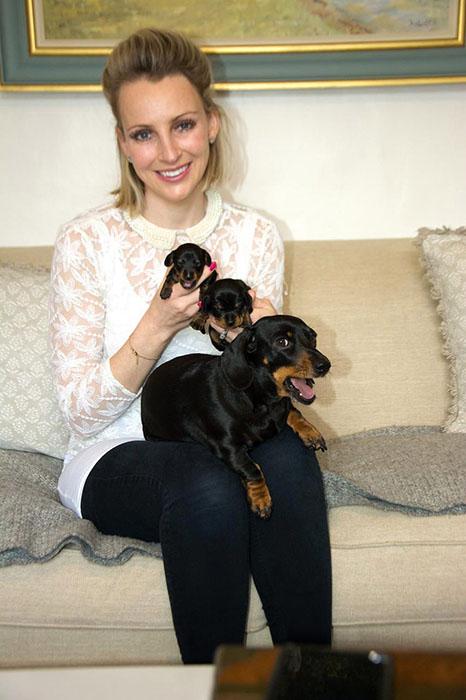 Ребекка со своей собакой и ее щенками.
