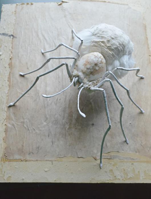 Большой паук, сделанный из рождественского украшения.