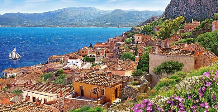 Живописная деревня на берегу Греции.