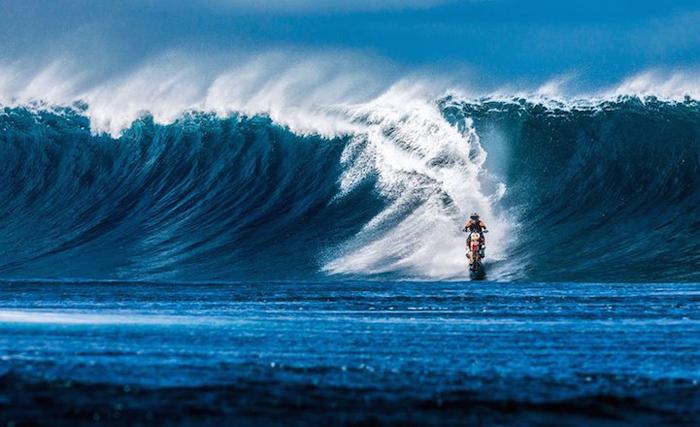 Робби Мэддисона накрывает огромная волна.