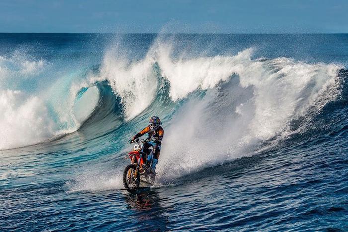 Мотоциклист едет прямо по воде.