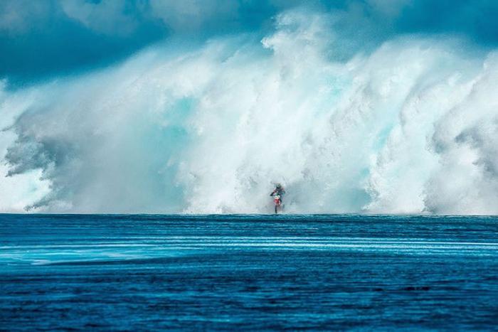 Робби Мэддисон покоряет волны.