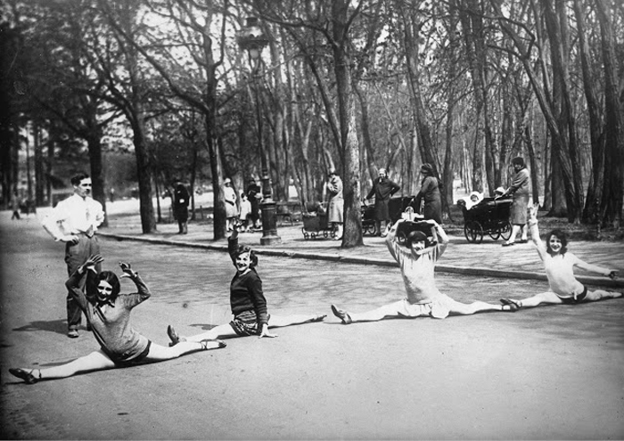 Танцовщицы из Мулен Руж тренируются в Булонском лесу. Ок.1930г.