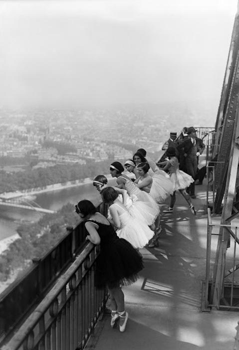 Танцовщицы посещают Эйфелеву башню. 1929г.
