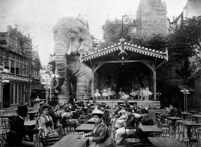 Сад у кабаре, главной достопримечательностью которого был огромный слон. 1900г.