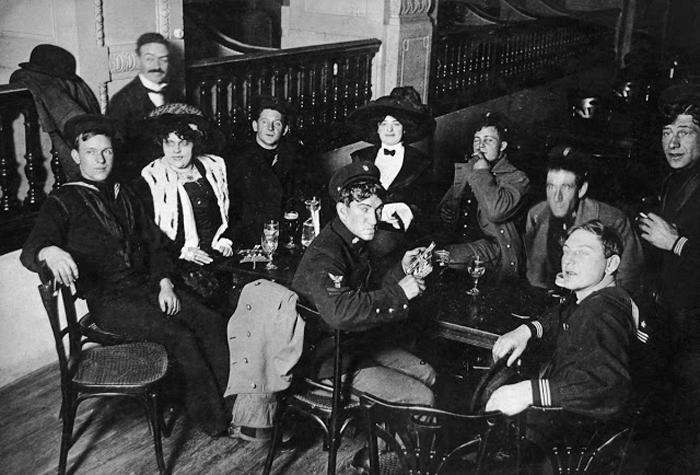 Американские моряки посещают Мулен Руж во время Первой Мировой Войны. Ок.1915г.
