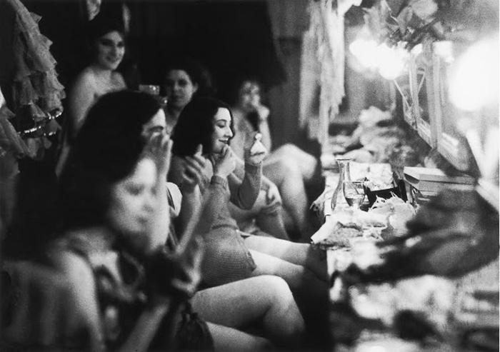 Танцовщицы готовятся к выступлению. 1930г.