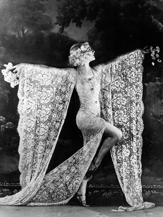 Танцовщица Edmonde Guydens во время исполнения номера в Мулен Руж. 1926г.