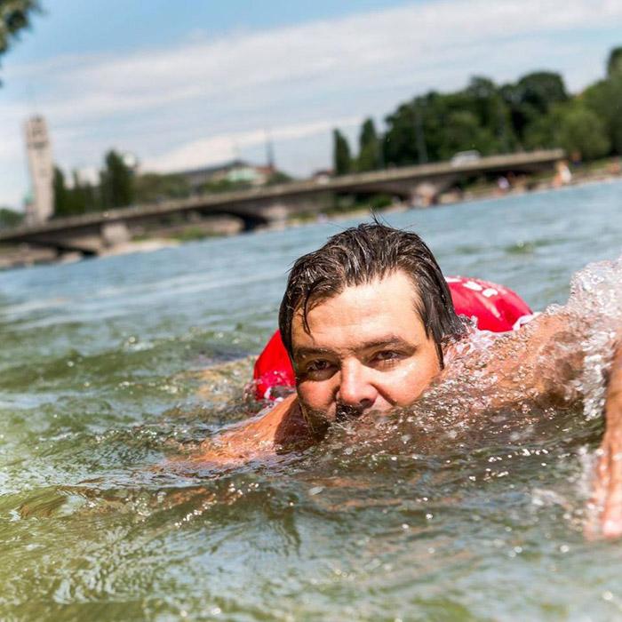 Бенджамин Девид проплывает до работы два километра.