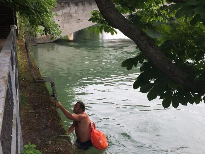 Бенджамин проплывает два километра со всеми своими вещами.