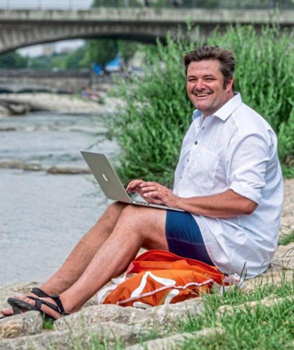 Бенджамин Девид на берегу реки Изар.