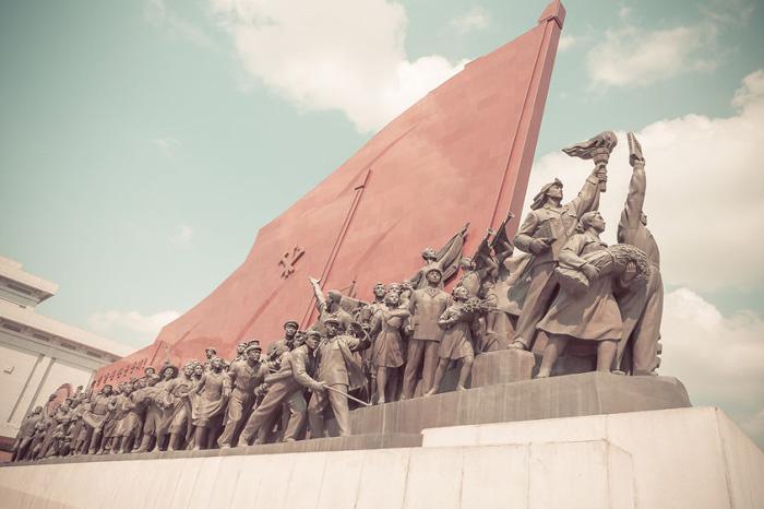 Памятник социалистической революции. Автор фото: Helene Veilleux.