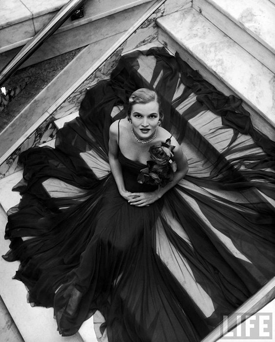 Женщина на ступенях. Фото: Nina Leen.