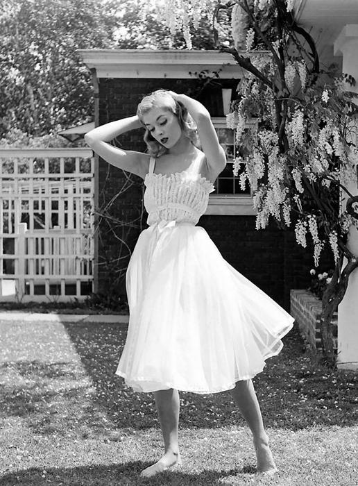 Девушка в белом. Фото: Nina Leen.