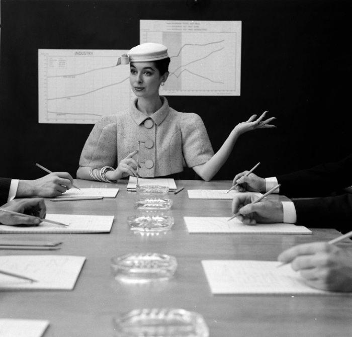 Девушка за столом переговоров. Фото: Nina Leen.