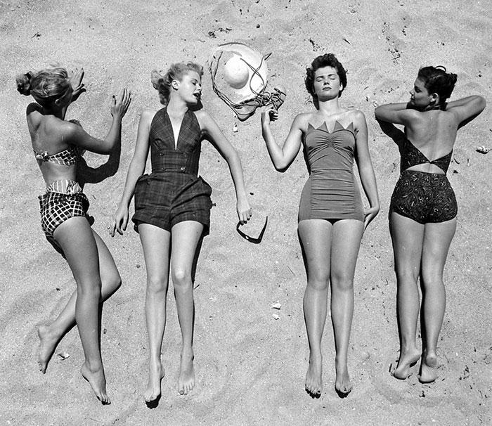 Девушки на пляже. Фото: Nina Leen.
